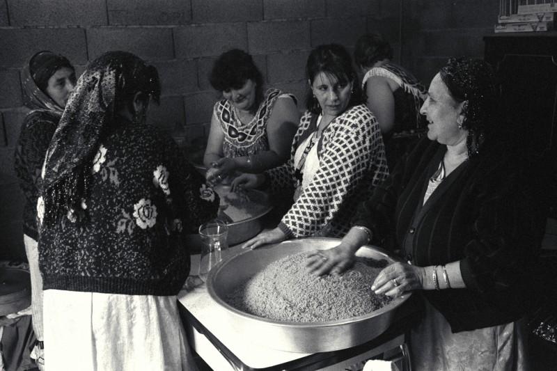 préparation du repas de mariage kabyle à La Lorette (16é art.) dans la famille de Karim - © J. Windenberger - 26/10/1991