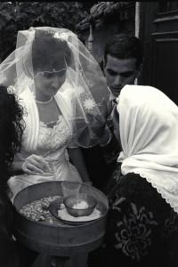 rituel d'entrée dans la maison des mariés à La Lorette (16é art.) - © J. Windengerger - 26/10/1991