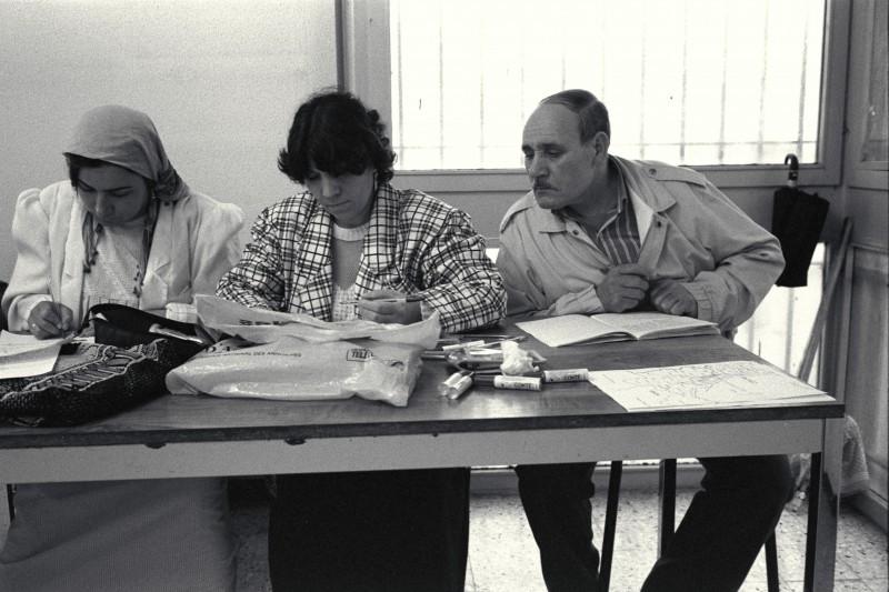 cité de La Castellane : cours d'alphabétisation du C.P.E.(Centre Populaire d'Enseignement) au centre social - © J. Windenberger - 19/03/1991