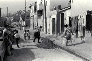 rue Roger Chieusse à L'Estaque : habitat insalubre occupé par des algériens immigrés 04/10/1986 ©J. Windenberger