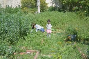 Anissa avec sa fille, Jardins Saint-André